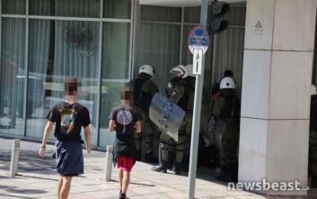 Το μπλόκο της Αστυνομίας στην πλατεία Συντάγματος και ο έλεγχος για πιθανή συμμετοχή στα επεισόδια