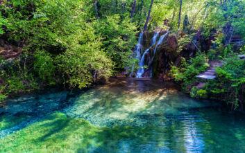 Η «μυστική» ελληνική Γαλάζια λίμνη και οι ονειρικοί καταρράκτες της