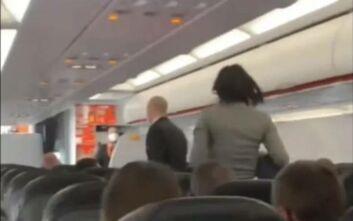 Αναστάτωση σε αεροπλάνο της EasyJet: Γυναίκα έβηχε πάνω από επιβάτες αρνούμενη να φορέσει μάσκα - «Όλοι θα πεθάνουν»