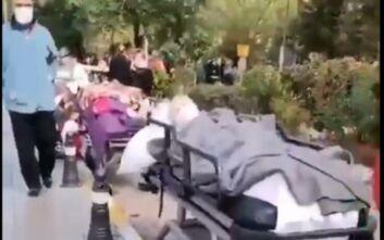 Σεισμός στη Σμύρνη: Συγκλονιστικές εικόνες με ασθενείς σε φορεία στη σειρά έξω στον δρόμο μετά από εκκένωση νοσοκομείων