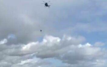 Βίντεο που κόβει την ανάσα: Έπεσε από ελικόπτερο σε ύψος 40 μέτρων χωρίς αλεξίπτωτο