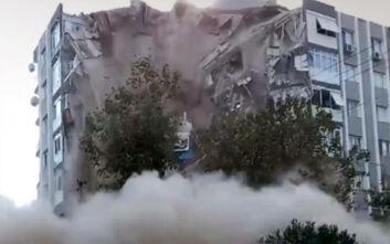 Η σοκαριστική στιγμή που πολυκατοικία στη Σμύρνη καταρρέει σαν τραπουλόχαρτο από τον φονικό σεισμό