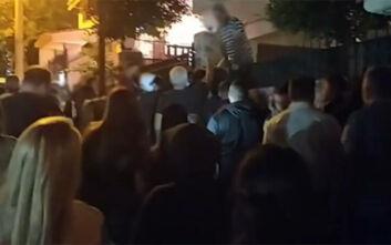 Κόσμος έξω από το σπίτι του άνδρα που μαχαίρωσε τον σκύλο στη Νίκαια: Πλακάτ και συνθήματα για την κτηνωδία