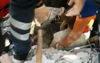 Συγκλονιστικό βίντεο με τον απεγκλωβισμό γυναίκας από τα συντρίμμια στην Τουρκία