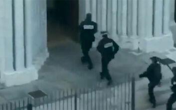 Επίθεση στη Νίκαια: Η στιγμή που η Αστυνομία μπαίνει στην εκκλησία Νοτρ Νταμ - Μεταβαίνει στην πόλη ο Μακρόν