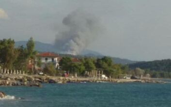 Συνεχίζει να καίει για δεύτερη ημέρα η φωτιά στη Σιθωνία Χαλκιδικής