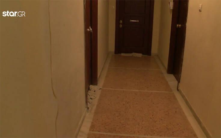 Κλείνουν τις χαραμάδες στις πόρτες με πετσέτες για να μην μπει ο κορονοϊός