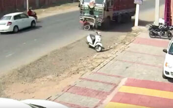 Απίστευτο βίντεο: Αγοράκι παρασύρεται από φορτηγό και... βγαίνει χωρίς γρατζουνιά