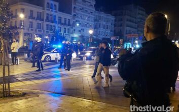 Βραδιά συνωστισμού στη Θεσσαλονίκη - Παρέμβαση της Αστυνομίας για να αδειάσουν οι πλατείες