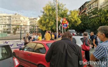 Διαδήλωση από γονείς στο 90ό δημοτικό Θεσσαλονίκης με σύνθημα «όχι προκάτ και kibo στις αυλές»