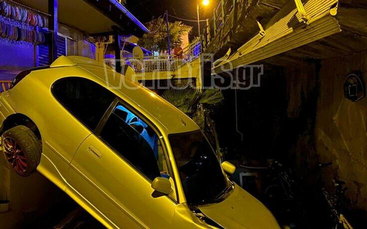 Βέροια: Αυτοκίνητο «πέταξε» και προσγειώθηκε σε αυλή σπιτιού 11