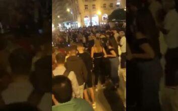 Εικόνες συνωστισμού με δεκάδες νέους στην πλατεία Αριστοτέλους