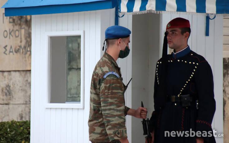 Εικόνες από την αλλαγή φρουράς στον Άγνωστο Στρατιώτη εν μέσω πανδημίας – Newsbeast