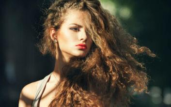 Έτσι μπορείτε να αποτρέψετε το φριζάρισμα των μαλλιών σας