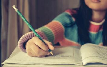 Έρευνα: Τα παιδιά που γράφουν με το χέρι κι όχι με το πληκτρολόγιο μαθαίνουν και θυμούνται περισσότερα