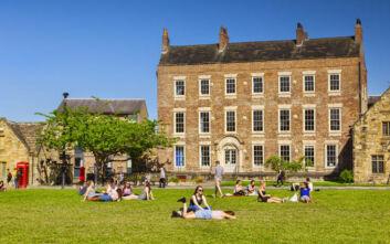 Αναβρασμός σε πανεπιστήμιο στη Βρετανία: Σχεδόν 1.000 φοιτητές και μέλη του προσωπικού θετικοί στον κορονοϊό