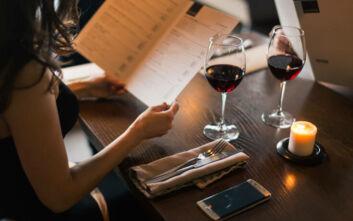 Ζευγάρι ήπιε κρασί αξίας 1.690 ευρώ και πλήρωσε μόλις... 15