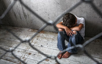 Φρίκη στις ΗΠΑ: Αγόρι ζούσε σε κλουβί μαζί με βόα, κατσαρίδες και περιττώματα