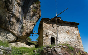 Η εγκαταλελειμμένη μονή στην Καστοριά χτισμένη σε ένα ιλιγγιώδες βάραθρο