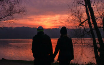Έφηβος απολάμβανε το ηλιοβασίλεμα με την κοπέλα του, τραυματίστηκε θανάσιμα από αδέσποτη σφαίρα