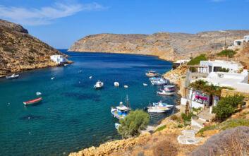 Το μυστικό ψαροχώρι της Σίφνου κρυμμένο σε ένα από τα πιο ασφαλή, φυσικά λιμάνια της Μεσογείου