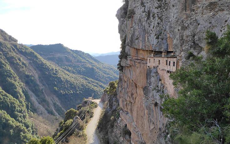 Μονή Κηπίνας: Το μοναστήρι που είναι σφηνωμένο μέσα στον βράχο
