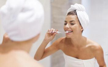 Το μεγαλύτερο λάθος που κάνετε όταν βουρτσίζετε τα δόντια σας κατά την διάρκεια του ντους