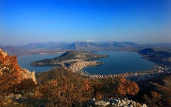 Δύο πόλεις δίπλα στη λίμνη