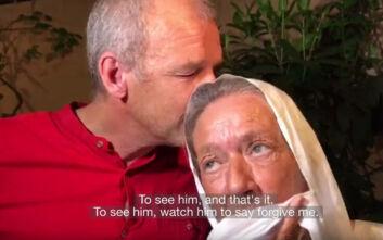 Ήταν όμηρος των τζιχαντιστών για 4 χρόνια - Η συγκινητική στιγμή που ο γιος της φωνάζει «μαμά, μαμά»