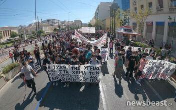 Συλλαλητήριο στα Προπύλαια μαθητών και φοιτητών για τα μέτρα κορονοϊού στα σχολεία