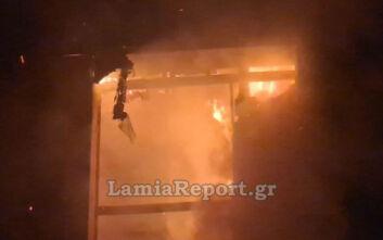 Μάχη με τις φλόγες έδωσαν οι Πυροσβέστες στο Παλαίο Φάληρο - Πληροφορίες για τρεις τραυματίες