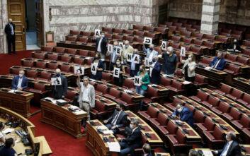 «Δεν είναι αθώοι»: Η φράση που σχημάτισαν με χαρτιά οι βουλευτές του ΣΥΡΙΖΑ στην Ολομέλεια