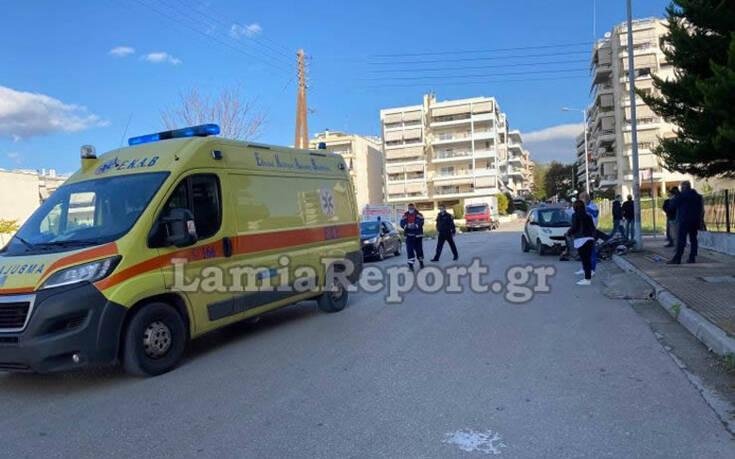 Σοβαρό τροχαίο με ντελιβερά στη Λαμία – Το μηχανάκι μετά τη σύγκρουση έπεσε πάνω σε δύο γυναίκες που περπατούσαν 10