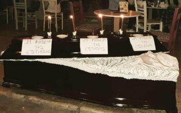 Μεζεδοπωλείο στου Ψυρρή έβγαλε φέρετρο στο πεζοδρόμιο για την «κηδεία της εστίασης» - «Κλαίμε τον μακαρίτη»