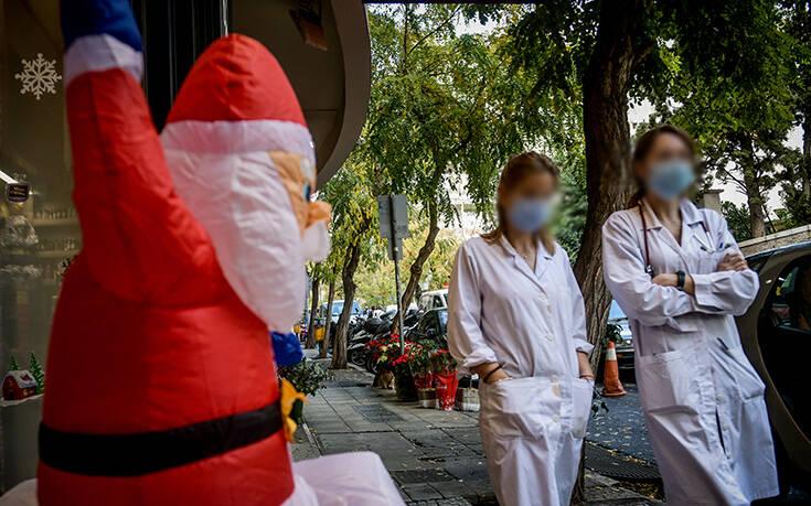 Χριστούγεννα 2020: Η Αθήνα φόρεσε τα γιορτινά της με... μάσκες και αποστάσεις