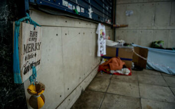 Χριστούγεννα 2020: Άστεγος στόλισε το σημείο που ζει