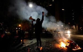 Αμερικάνικες εκλογές 2020: Νύχτα έντασης στο Πόρτλαντ - Διαδηλωτές κρατούσαν όπλα και έκαψαν αμερικανικές σημαίες