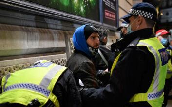 Συλλήψεις 104 Λονδρέζων για παραβίαση των περιοριστικών μέτρων για τον κορονοϊό