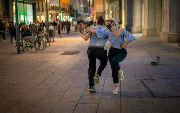 Οι Καταλανοί ξαναπίνουν ποτά: Ανοίγουν μπαρ και εστιατόρια στη Βαρκελώνη μετά από 5 εβδομάδες