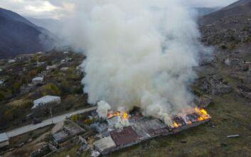 Ναγκόρνο Καραμπάχ: Αρμένιοι πυρπολούν τα σπίτια τους προτού τα χωριά τους περάσουν στον έλεγχο του Αζερμπαϊτζάν