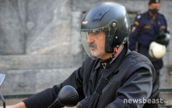 Ο Παύλος Πολάκης έφτασε στο Πολυτεχνείο με τη μηχανή