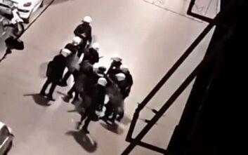 Βίντεο δείχνει αστυνομικούς των ΜΑΤ να χτυπούν διαδηλωτή