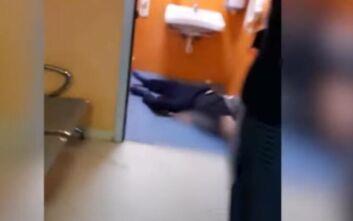 Σοκαριστικό βίντεο δείχνει τη στιγμή που ασθενής με κορονοϊό καταρρέει σε τουαλέτα νοσοκομείου της Νάπολη