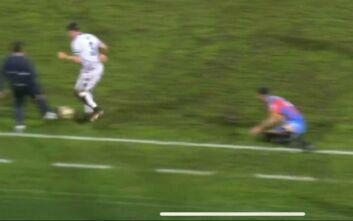Προπονητής... έκλεψε την μπάλα από τον αντίπαλο για να μη δεχθεί γκολ η ομάδα του