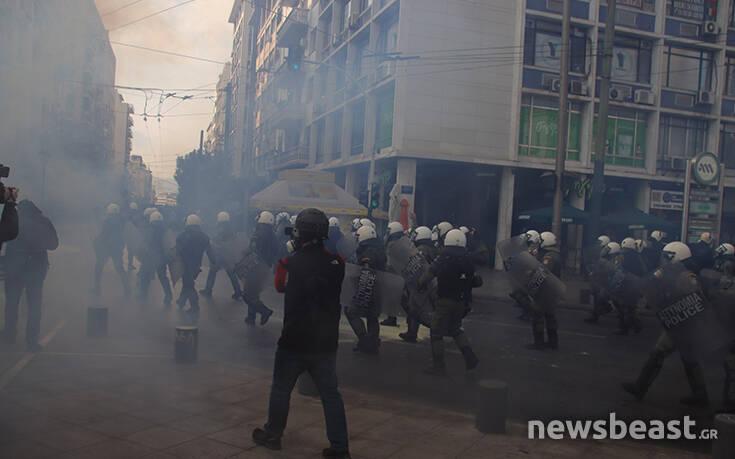 Ένταση και στο Μεταξουργείο – Αστυνομικοί έσπρωχναν δημοσιογράφους και φωτογράφους που κάλυπταν τα γεγονότα – Newsbeast