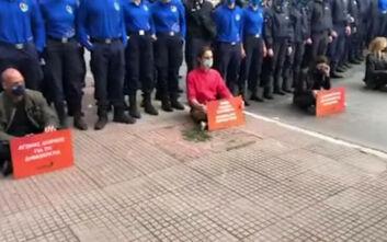 Η καθιστική διαμαρτυρία Βαρουφάκη και βουλευτών του ΜέΡΑ25 με τους αστυνομικούς πάνω από τα κεφάλια τους