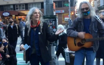 Εκλογές ΗΠΑ 2020: Η Πάτι Σμιθ τραγουδά «People Have The Power» στους ψηφοφόρους της Νέας Υόρκης