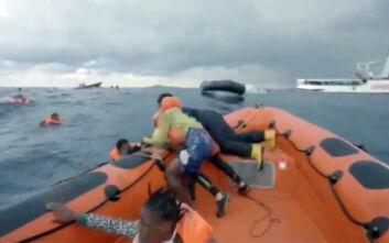 Ανατριχιαστικό βίντεο: Οι κραυγές της μητέρας που διασώζεται στη Μεσόγειο αλλά χάνει το 6 μηνών μωρό της