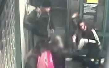 Εξοργιστικές εικόνες: Τους είπε να φορέσουν τις μάσκες στο ασανσέρ του μετρό και τη χτύπησαν με μανία