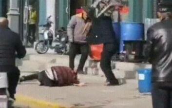 Εξοργιστικές εικόνες: Άντρας χτυπάει μέχρι θανάτου τη γυναίκα του στον δρόμο και οι περαστικοί απλώς παρακολουθούν